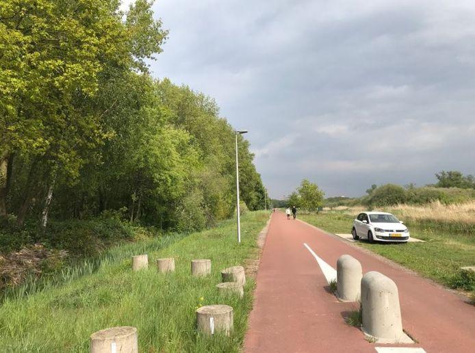 Het fietspad waar het slachtoffer over reed toen zij belaagd werd door de man die haar wilde ontvoeren.