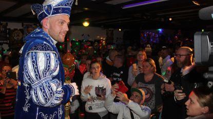 """Prins Meyst kiest voor kostuum in blauw en wit vol betekenis: """"Met een lach en een traan, zoals het leven en carnaval"""""""