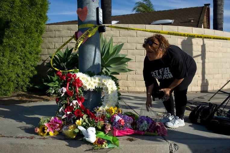 Er worden bloemen neergelegd bij de synagoge in het Amerikaanse Poway. Bij een schietpartij kwam een vrouw om het leven en raakten drie anderen gewond.