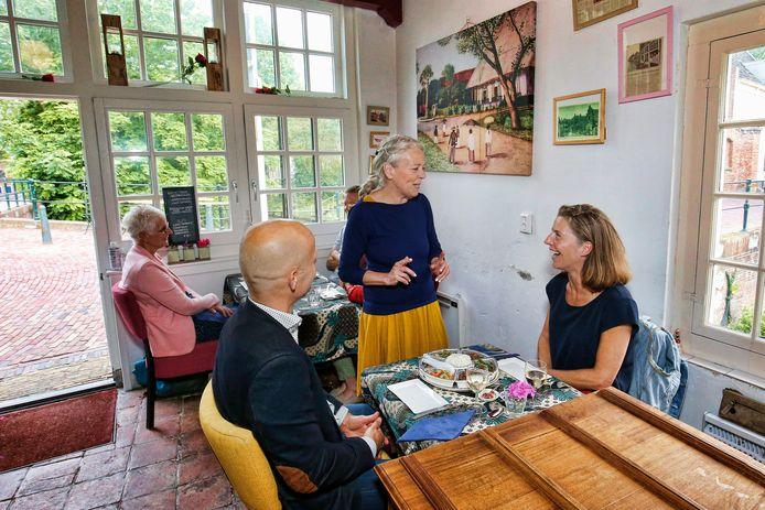 Gastvrouw Hanneke Apon schenkt veel aandacht aan de gasten en de gerechten