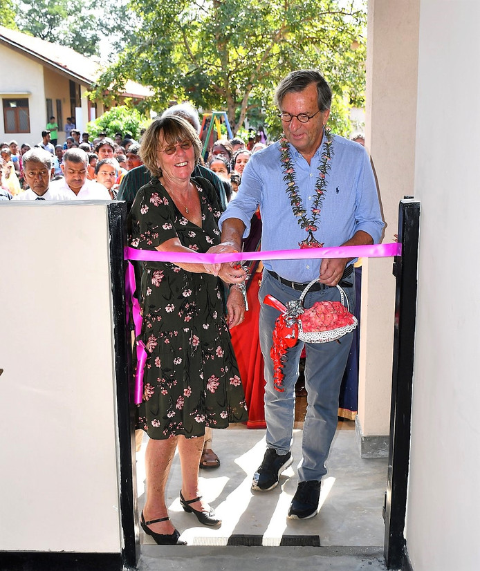 Egbert Hendriks en zijn vrouw Joke openden onlangs een schoolgebouw in Wellawaya.