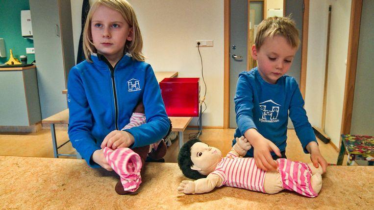 IJslandse jongens spelen op school met poppen. Beeld VPRO