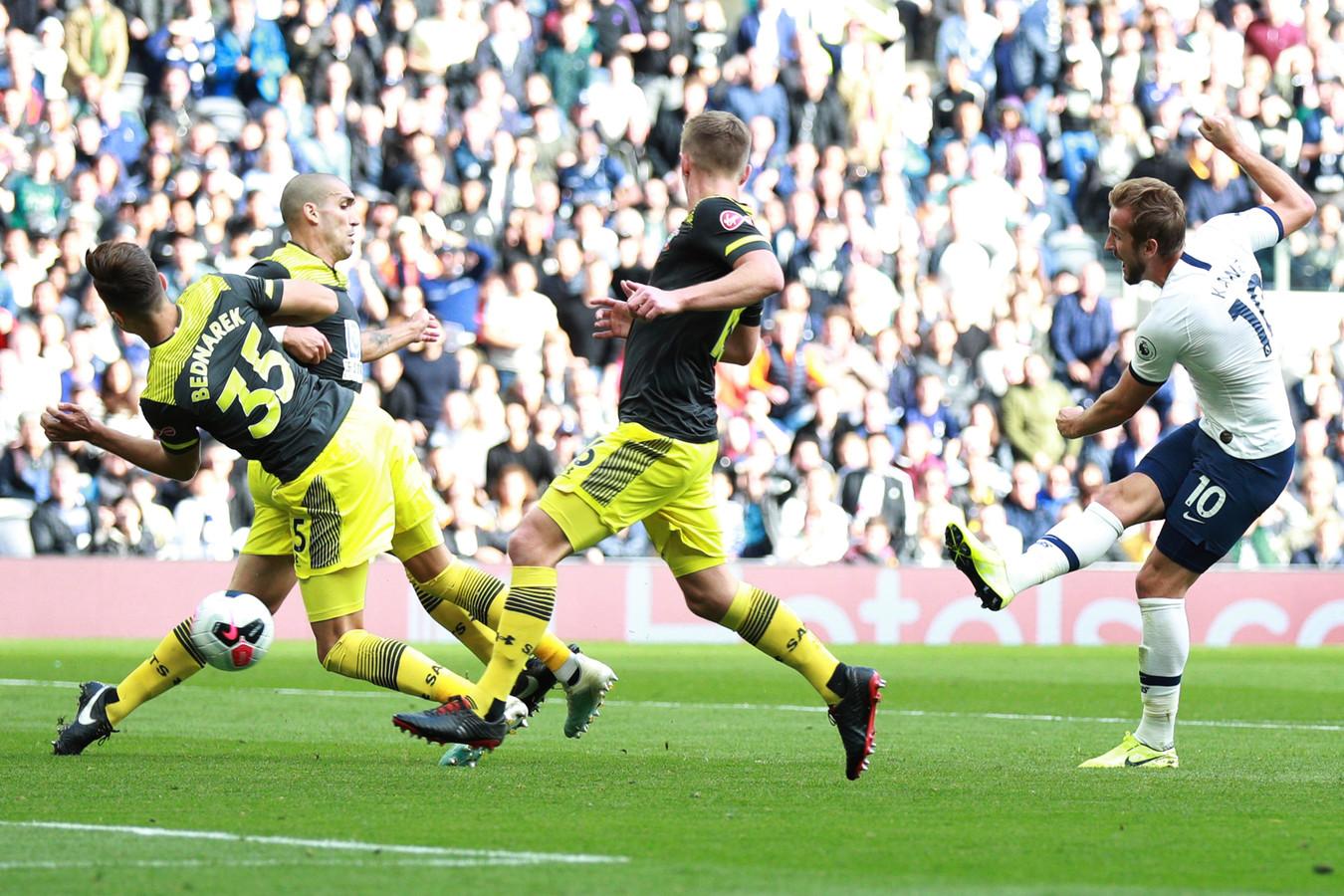 Harry Kane (r) schiet zijn ploeg op voorsprong tegen Southampton (2-1).