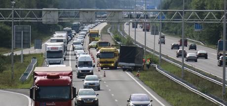 A50 bij Oss dicht door gekantelde vrachtwagen: anderhalf uur vertraging