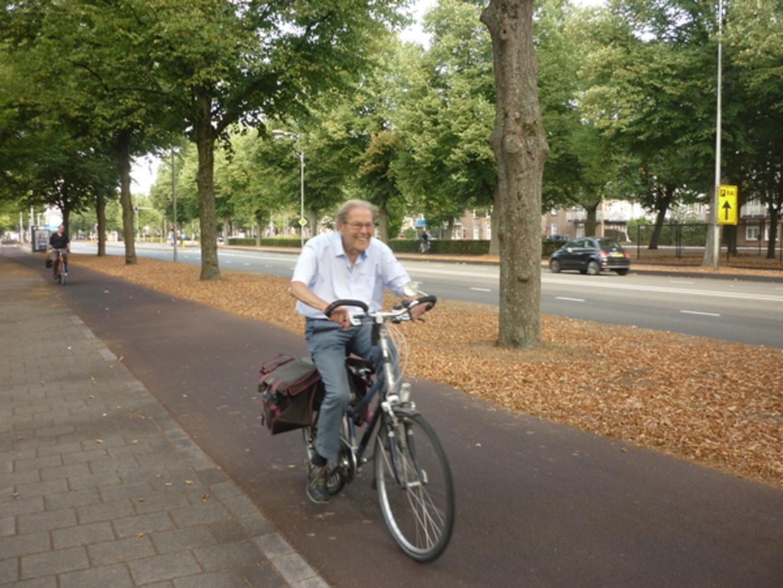 Willem van Vollenhoven (97) op de fiets.