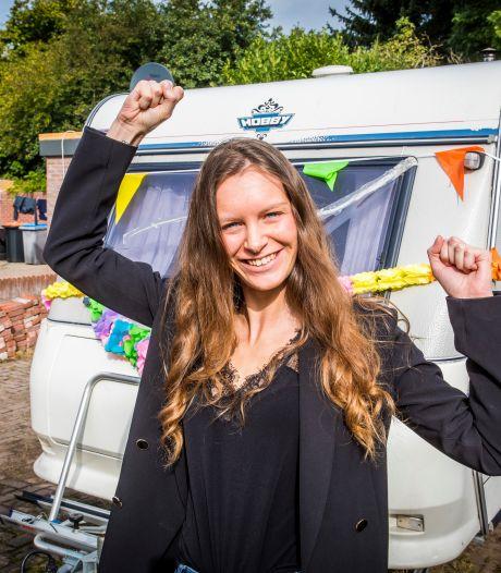 Dolblije Lucia (23) krijgt tóch gekraakte woonwagenstandplaats in Almelo