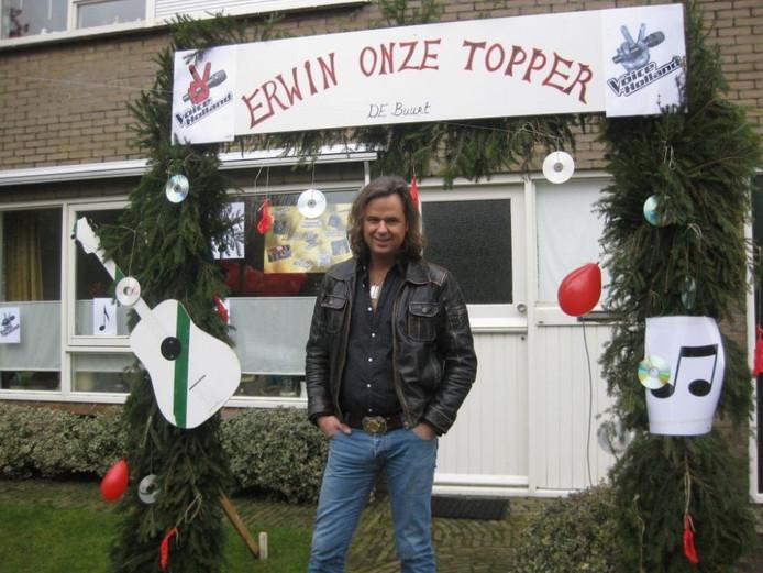 De buren van de familie Nijhoff hebben een mooie boog voor het huis gezet ter ere van Erwin. Foto Willemien Nijhoff