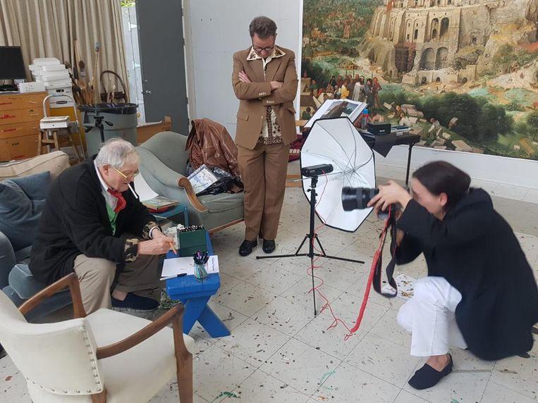 Fotograaf Eva Roefs en John Schoorl bij David Hockney thuis in zijn atelier. Beeld RV