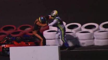 VIDEO: karters rijden elkaar in het decor, waarna er rake vuistslagen worden uitgedeeld en er zelfs een poging tot wurging volgt