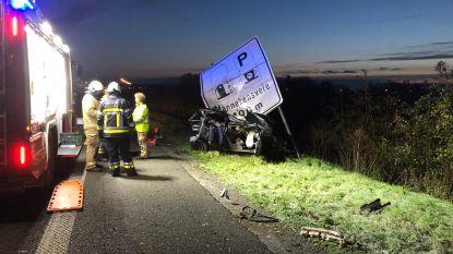 Jonge bestuurder (22) overleden na zwaar ongeval op E40: andere bestuurder had gedronken en pleegt vluchtmisdrijf