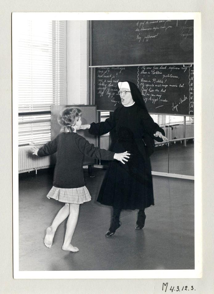 Irena van Zeeland, bijgenaamd de dansende non, leerde dove kinderen dansen bij het Instituut voor Doven (tegenwoordig Kentalis).