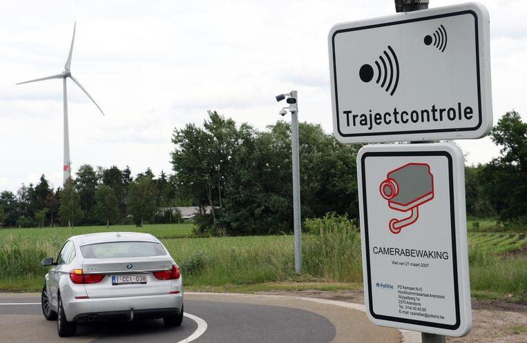 De nummerplaatlezer voor de trajectcontrole aan Huisjes. De straat wordt geregeld gebruikt als sluiproute.
