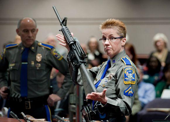 Een Amerikaanse politieagente toont een Bushmaster, eenzelfde model als de Remington ACR rifle, gebruikt door de schutter die in 2012 26 mensen doodde in een basisschool in Sandy Hook.