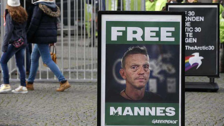 Een bord met een foto van de Nederlandse Greenpeace-activist Mannes Ubels, een van de 30 die vasten zit in het Russische Moermansk, tijdens een demonstratie op de Grote Markt in Groningen. Beeld anp