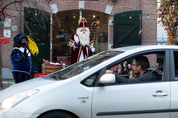 Zwaaien naar sinterklaas vanuit de auto, vandaag in Vorden.