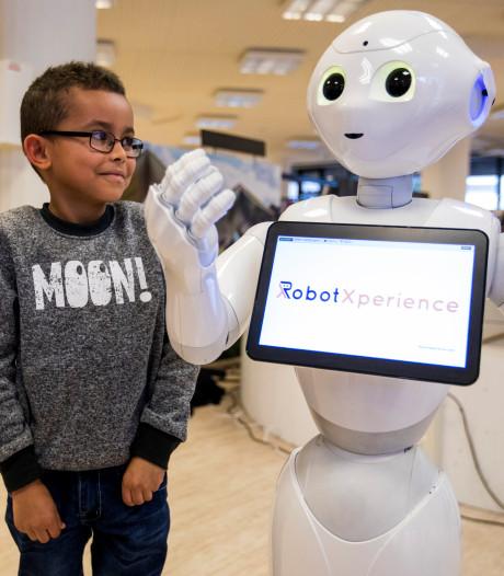 Robot Pepper helpt kinderen in Máxima Medisch Centrum