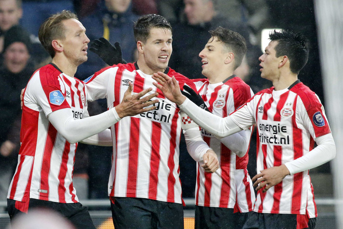 Luuk de Jong viert zijn goal met zijn collega's bij PSV.