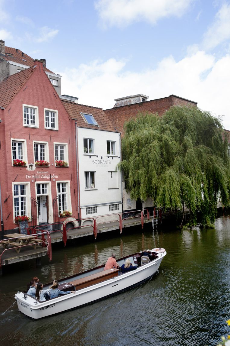 De bootjes varen dagelijks het appartement van Brusselmans achter de boom voorbij. Beeld Aurélie Geurts
