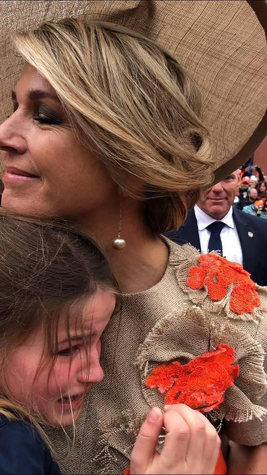 Sarah Geluk krijgt een liefdevolle knuffel van koningin Máxima.