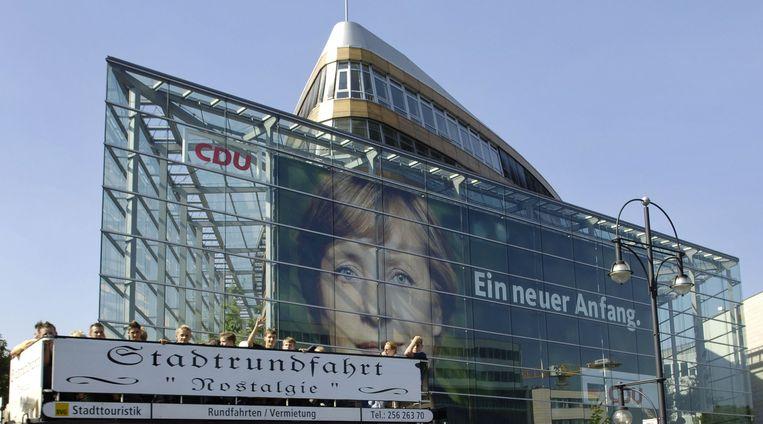 Een gigantische Merkel-poster op het CDU-hoofdkwartier tijdens de eerste kiescampagne van de CDU-topvrouw in 2005.