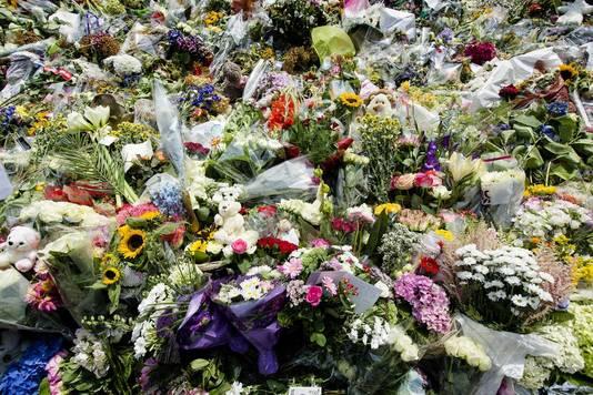 Bloemen en knuffels bij de Korporaal van Oudheusdenkazerne. In de kazerne vindt de identificatie van de slachtoffers van de MH17 plaats.