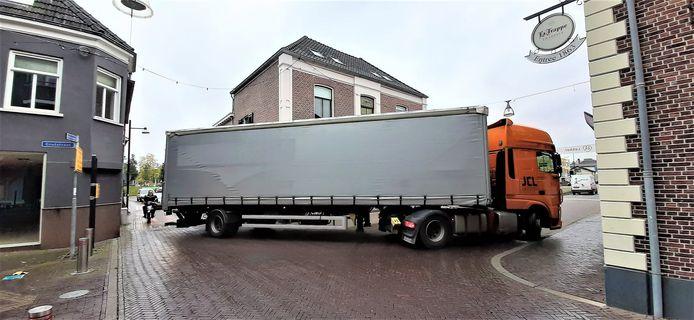 Een truck rijdt vanuit de Kapoeniestraat de Grutstraat in op weg naar de Keppelseweg. Foto: Paul Rijksen