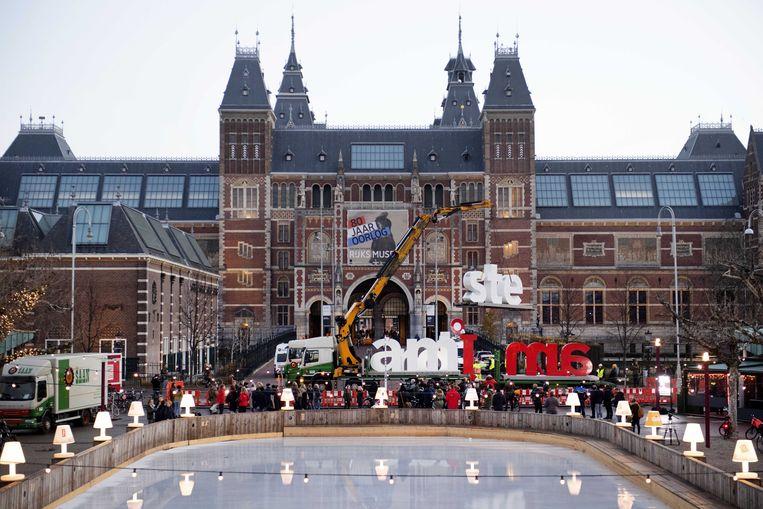 De rood-witte letters van I amsterdam worden weggetakeld van het Museumplein. GroenLinks in Amsterdam wilde de letters weg van het Museumplein omdat ze een symbool van individualisme zouden zijn.  Beeld ANP