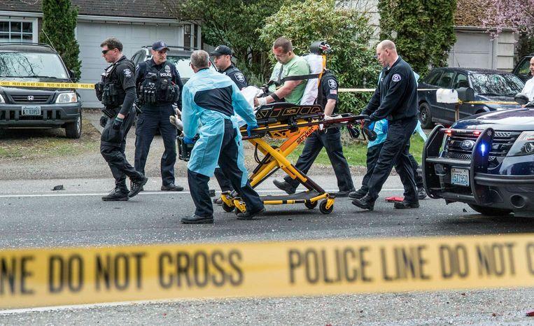 De politie voert een gewonde man af.