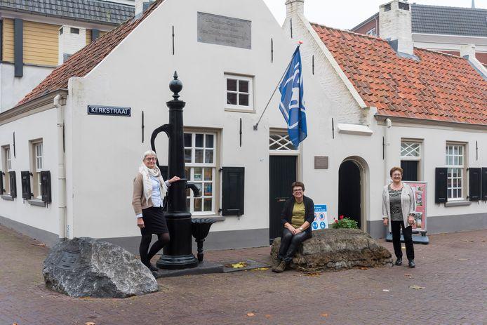 De VVV-winkel verdwijnt uit het Sint-Paulusgasthuis. V.l.n.r: Lia Bekkers, Joke Greijmans en Gerda Maas.