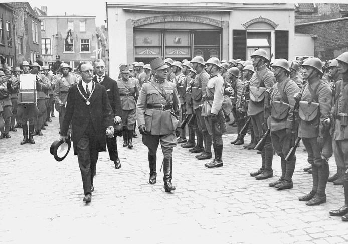 Een foto uit het lesmateriaal: De burgemeester Louis Ficq inspecteert de troepen van het 15e Regiment Infanterie op 29 maart 1938 op de Markt in Grave.