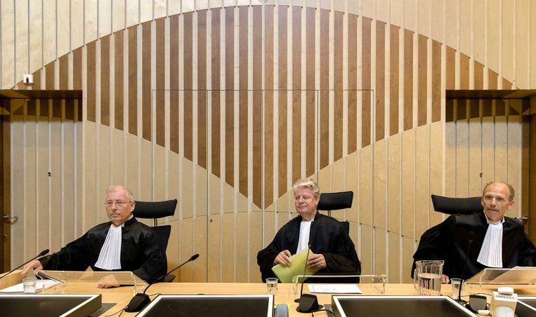 R.P.P. Hoekstra, mr. R. Veldhuisen (voorzitter) en mr. drs. R.M. Steinhaus bij het Justitieel Complex Schiphol voor de uitspraken in in het liquidatieproces Beeld ANP