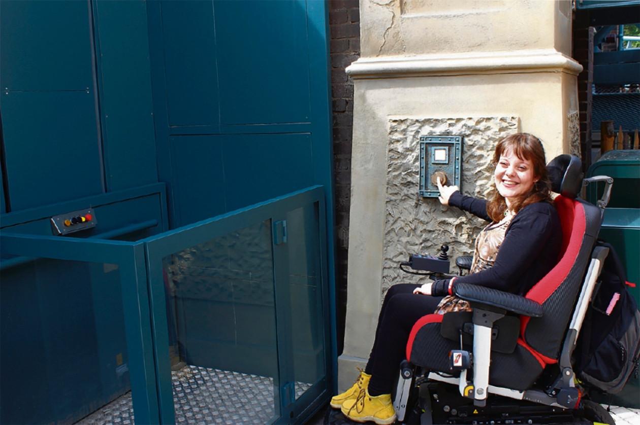 Amber bij één van de rolstoelvoorzieningen in Nederland