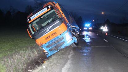Vrachtwagen kantelt in gracht