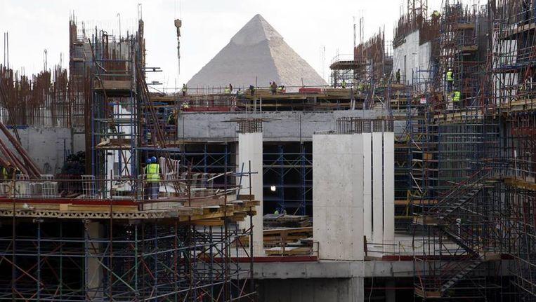 De bouwplaats van het Grand Egyptian Museum. Verderop de piramide van Gizeh. Beeld null