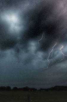 Treinverkeer tussen Deventer en Zwolle hervat na blikseminslag: één overgang nog beschadigd