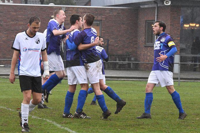 Sambeek-verdediger Tim Derikx (m) wordt bejubeld door teamgenoten Sam Jacobs en Jan Roelofs (6) na zijn openingstreffer tegen Menos. Rechts aanvoerder Dennis van Well.