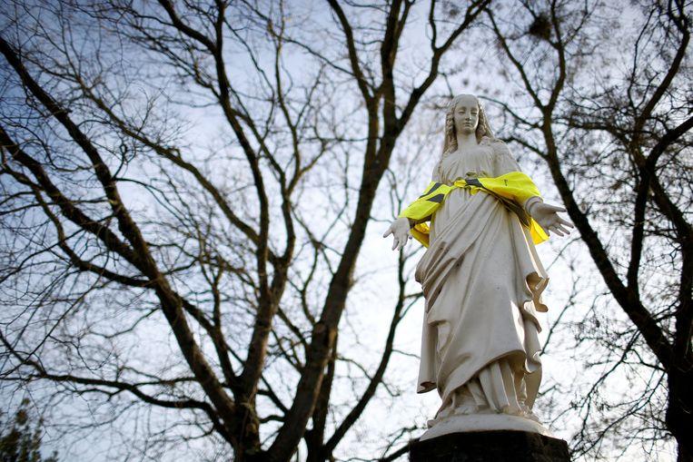 Het Mariabeeld in Nantes heeft ook een geel hesje gekregen.  Beeld REUTERS