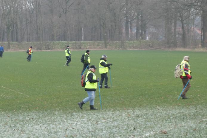 Het Veteranen Search Team zoekt bij Eikenlust op de Wamberg in Berlicum naar sporen van de vermiste Bart van Betuw (53).