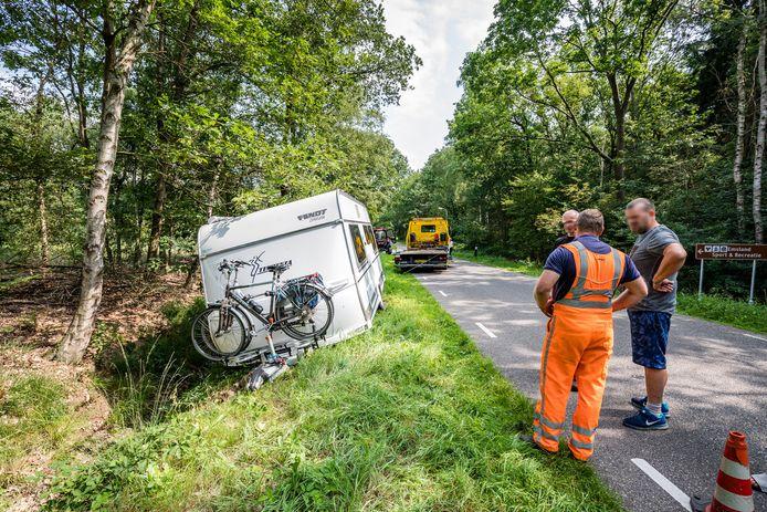 Kort na het middaguur van maandag 21 augustus is een automobilist zijn caravan verloren in het buitengebied van Ommen.