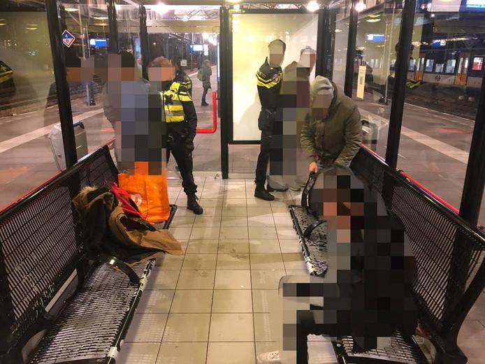 De mannen met tassen vol merkkleding die door de politie zijn opgepakt op het centraal station van Nijmegen.