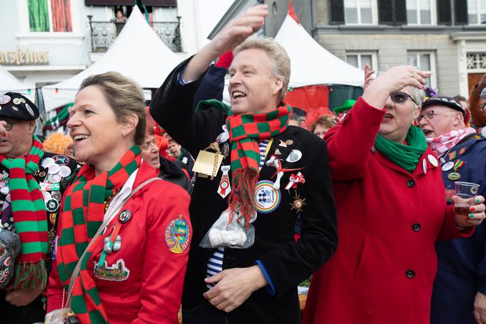 Archieffoto van carnavalsoptocht Oosterhout in 2019. Burgemeester Mark Buijs, met links naast hem zijn vrouw, heeft het zichtbaar naar zijn zin tijdens zijn eerste carnaval als burgemeester van Oosterhout.