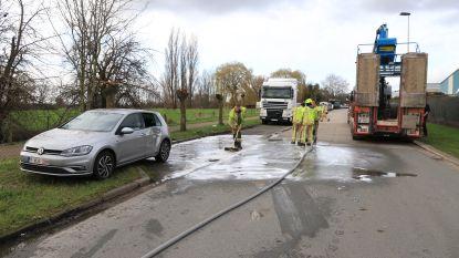 Vorklift valt van vrachtwagen en belandt tegen geparkeerde auto