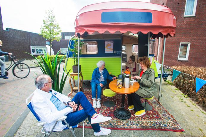 Jeane (2e van links) en Hans van den Nieuwenhuizen praten Maartje van der Lee (r) en Willeke van der Doelen bij over Landgoed Driessen.