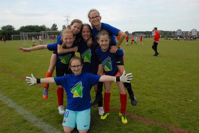 Het winnende meisjesteam van 't Sparrenbos, met op de voorgrond keepster Dena Langstraat(11).
