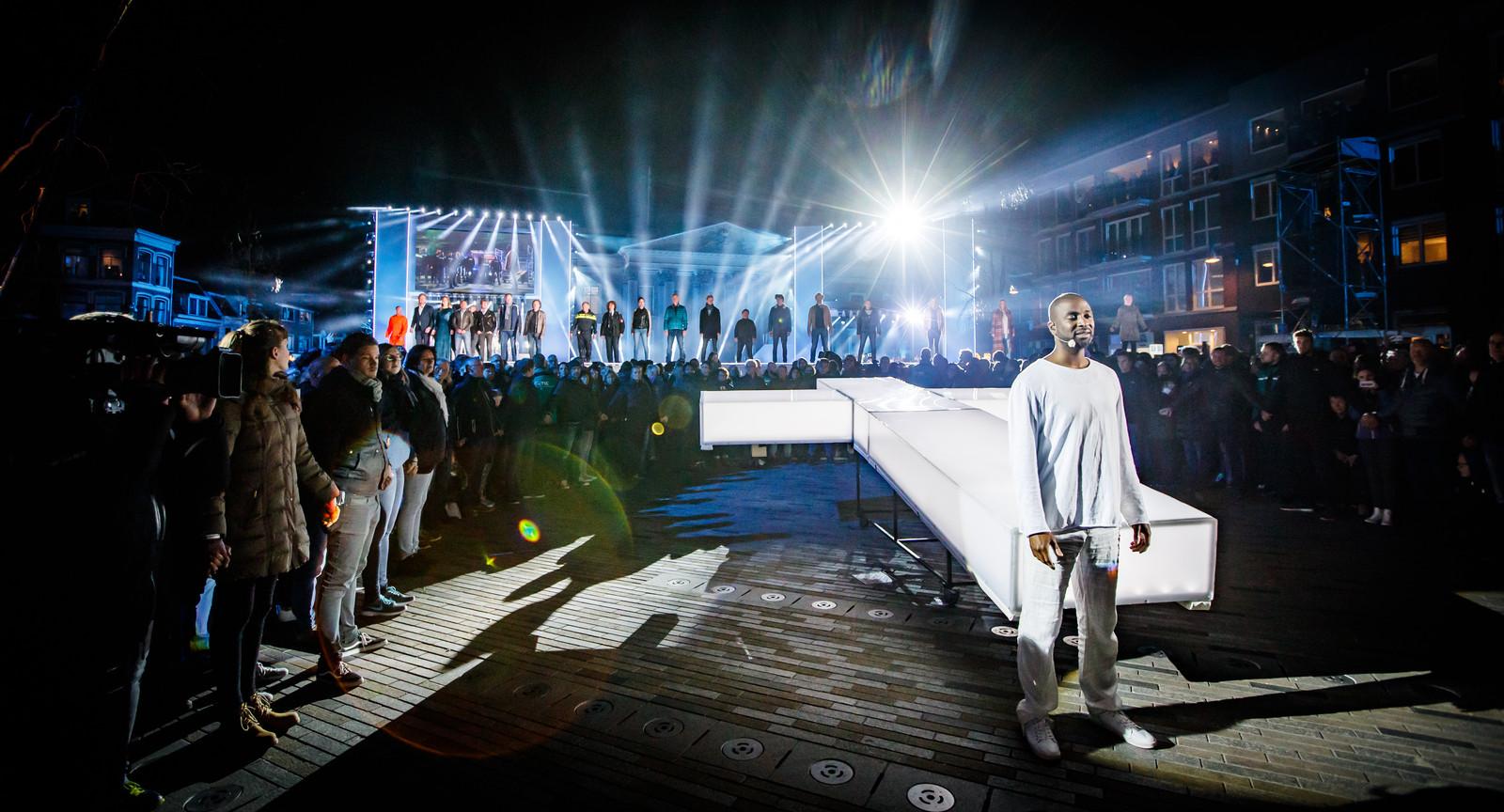 Dwight Dissels op het Wilhelminaplein in het centrum van Leeuwarden tijdens de zevende editie van The Passion
