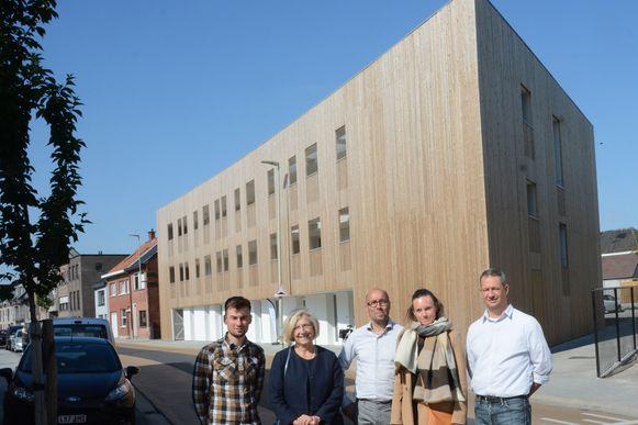 Ann Cools en Karin Beeldens van de huisvestingsmaatschappij met de architecten en aannemer bij het nieuwe project in de Klapperstraat.