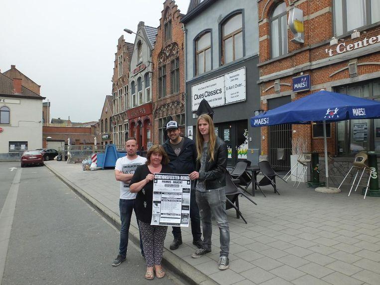 Ann De Raedt met haar zoon Steve van café Donky's, Jonas Strobbe van 't Center en Yorick Van Renterghem van de vzw Muziekcafé Elpee op het stationsplein.