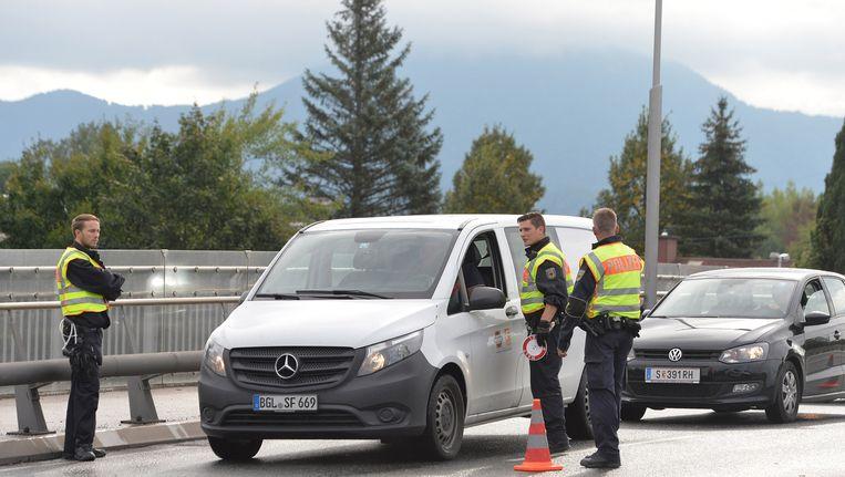 De Duitse politie controleert voertuigen die uit Oostenrijk komen. Beeld ap