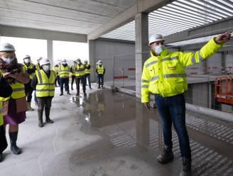 """'Huis van de Vrije Tijd' op Site De Schalk krijgt gevelplaat: """"Over jaar moet nieuwe sporthal afgewerkt zijn"""""""