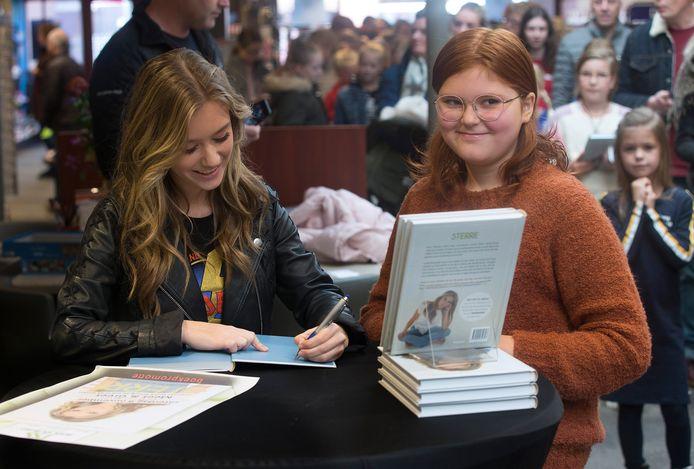 YouTube-ster Sterre Koning signeert haar boek voor een vijftigtal fans.